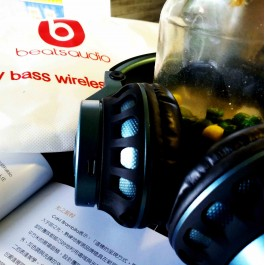 Beats Audio S600 Wireless Bluetooth EXTRA BASS Headphone With Mic by Beats By Drdre